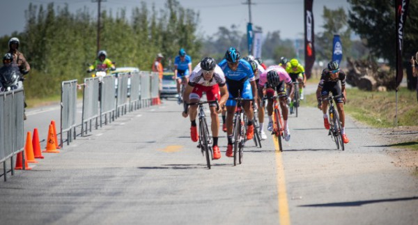 Team Telkom's Reynard Butler (second from left) beat New Zealand's Sam Gaze (left) in stage four of the Bestmed Tour of Good Hope outside Paarl today. Photo: Warren Elsom/Capcha